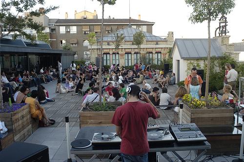 Domingos de julio y agosto la terraza suena 11 la casa for La casa encendida restaurante madrid